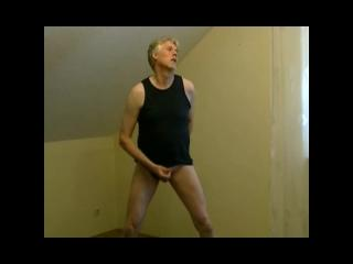 Pornmodel Tom masturbates in underwear
