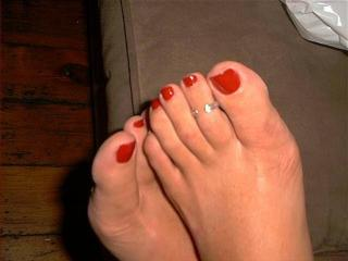 wifes toes with and without cum!